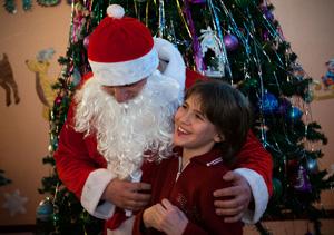 Дед Мороз равно Снегурочка изо Петропавловск-Камчатского морского торгового порта пришли  со новогодними подарками на подшефный интернат